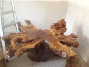 出售樟树树头雕刻的茶几一个配6张凳子。有意着可以电话联系价钱可以小刀