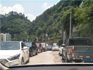 白子桥路土家印象整酒路都堵死了。