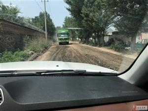 污染环境污染。 破坏道路。公路上半米深大坑
