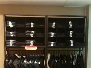 遂平斯得雅男装店面装修,现处理一批货柜,衣架,吧台,九成新!联系电话:13949595151