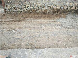 北票市三宝乡海丰村�V甲修村路呢看这道修的修一半不给修了铺混凝土路面的老板比我们村书记还牛逼呢老百姓给