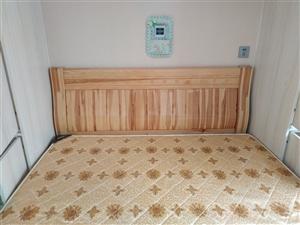 处理一张实木床加床垫,三年了,用的少,占地方,现650处理,电话:13832278036