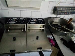 冰淇淋机,可乐机,收银机,炸锅,烤箱,汉堡机,腌制机,操作台,4开门冰箱1台,制冰机1台,桌椅板凳等...