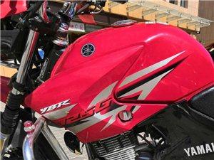 本人卖一辆红色雅马哈125摩托车一辆,九成新,己年审,因回家,急需转卖。