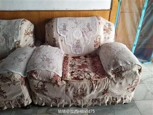 因搬家,现有沙发一套出售,123(一人二人三人)组合,帮是皮,座垫是布艺,质量好,带新布沙发罩。有点...