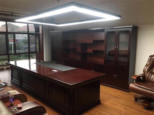 現有十成新豪華精美辦公桌一套(4米書柜,3.6米老板臺),每件價格感人不過萬!急需找個有需求的老板或...