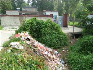 炎热的下天,河沟的垃圾发出刺鼻的味道,看到了这些垃圾让人心痛。在这里呼吁大家,保护环境。
