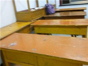 课桌八成新,全实木,结实耐用,低价处理,所剩不多,欲购从速。