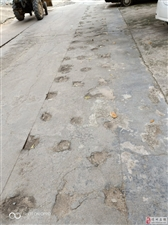 前几年修下水道,但是路面没有填好回去。导致下雨路面积水。