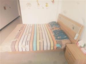 9成9新的双人床,包括俩个床头柜,床底有收纳柜,买时1300现800出售