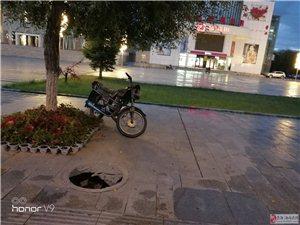 购物中心井盖破了几天了,现在外地游客很多,影响城市形象,希望能处理了