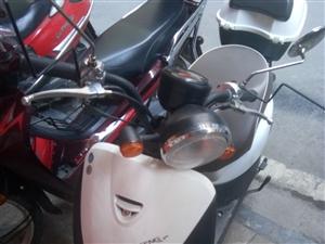 出售17年11月购的小踏板车一辆,白色!非诚勿扰 发票齐全。机油按时换的,保修还在!买时3400