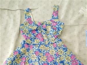 带吊牌新衣服,因货底所以便宜出售,15一件,有需要的联系,可以加微信再发其它图片。