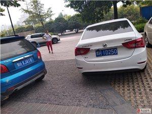 高新区常绿:林溪谷小区南门两车抢占停车位把路堵死