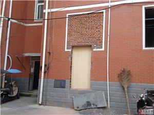 温馨诊所新店装修,其商铺背面小区内私开后门影响居民生活。