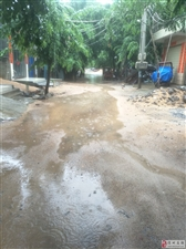 下雨天整条街都是水