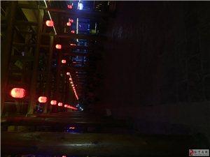 我是在外打工的一员一回来走在家里的风雨桥上一头是别人的演唱会自己唱自己的歌不管我们的死活一头是广场舞