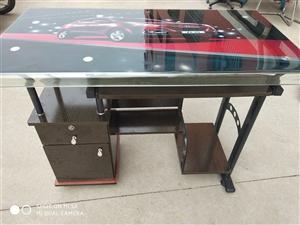 出售: 处理仓库里一批玻璃电脑桌和椅子,全是新的,在箱子里没插起来,100元一件,预购从速。地址:...