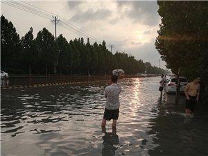 雨下好大淹了王府小吃一条街