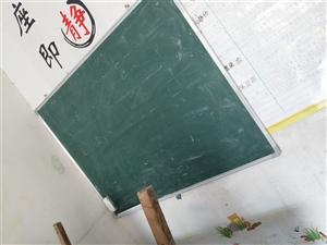 辅导班黑板,家里也可用,孩子乱涂乱画都不用担心会弄脏墙壁,八成新