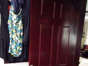 新的实木门一个,实木原色门一个,实木红木色门一个,在门头当样品的,现在处理了