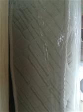 1.8米×2米高档床垫一个,全新,现在处理了800元。