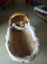 藤编婴儿床,上面是藤编床,下面是实木摇架,可分开,安全舒适环保,0--2岁宝宝非常合适。全新,450...