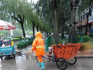 雨中劳作的环卫工