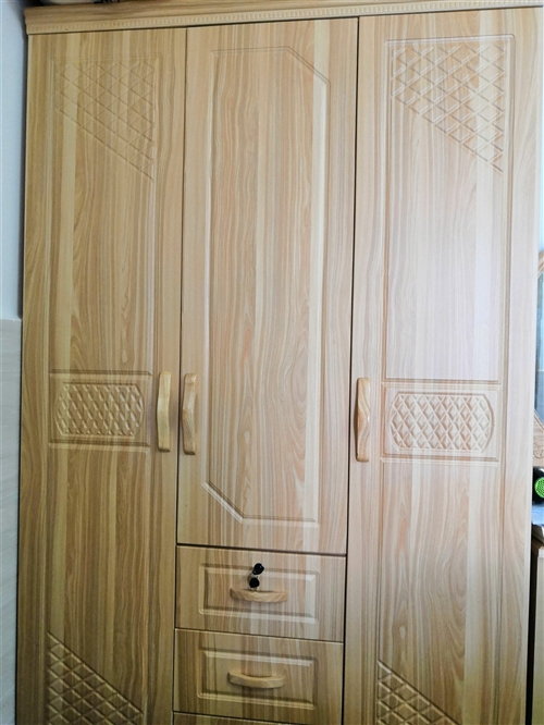 三开门柜子,原木色 ,由于本人临时需要,仅用了一个月,几乎全新,现优惠出卖,实用方便,可以放各种衣服...