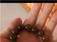 出售二手天然龙纹玛瑙石手链。这东西是从我爷爷哪里拿的,估计有些年份,听说能辟邪保平安,虽然是二手,但...