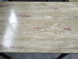 9成新精品桌子,适用于学屋,餐馆。共10张,每张70.