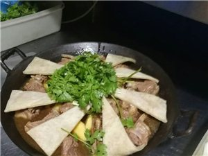地锅鸡58元,送2斤熟鸡块,6个素菜,1份饼,1份面,6瓶啤酒……