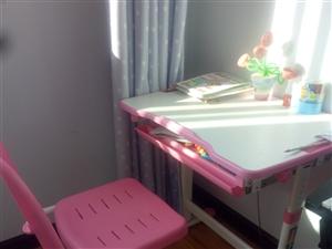 九成新学习桌,买上只用了一个月。适合3到10岁的宝贝,可根据身高升降。