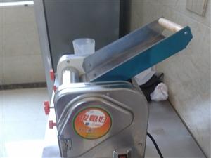 刚买的全不锈钢小型压面机,用了一个月。现500元出售
