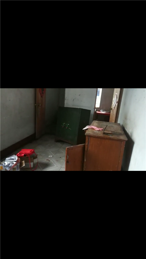 一个大的铁柜子,还有两个长衣柜,刚搬过来不要了,柜子比较重,能搬走就行,房子准备重新收拾,旧柜子便宜...