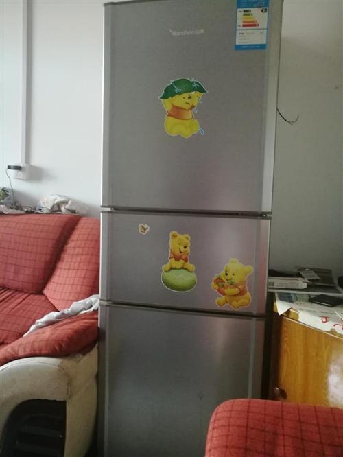 因搬家,处理自家用的冰箱一台,有意者联系,13589995799。