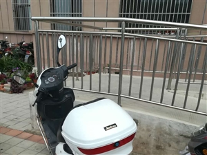 125白色踏板摩托车,两年多,有保险,有牌子