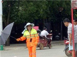 谁说老人摔下没人敢扶?请看西庆环卫工人