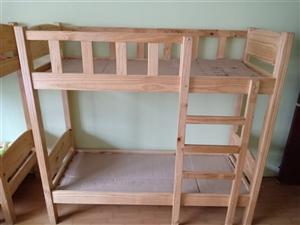 本人有双层木床,书架,书桌。组合柜低价出售。冰箱消毒柜处理!厨房案子,联系电话18293709002...
