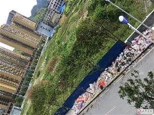 海玉名城一期车库出口垃圾成堆