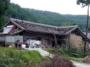 新农村建设,泥巴房粉粉白,做做房脊梁。国家每户补85OO元。