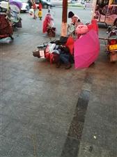 一男的烂醉如泥还试图骑摩托