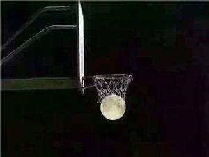 """夜空中的""""篮球"""""""