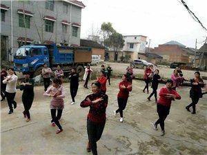 体育舞蹈协会下乡辅导舞蹈。
