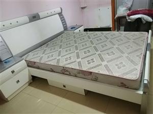 出售9成新名牌双人床