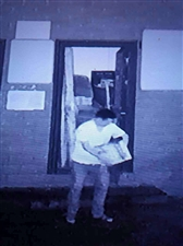 江岸御园小区门卫室8月31日21时45分时,此人抱错1箱啤酒箱,里面装有猕猴桃,箱上有电话号码(这