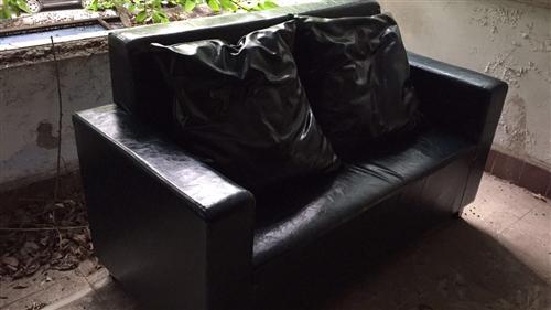 2017年1月购买,九成新,皮质沙发,有靠垫,尺寸:1600*70*95,数量:6张,打包有优惠