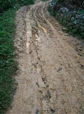 泥泞的公路,给当地上千村民的出行.生活带来不便