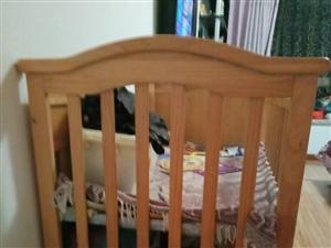 大号婴儿床一张。八成新,双层结构,下层有...