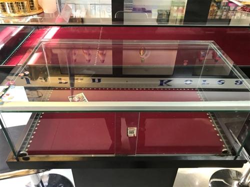出售九成新飾品展示柜,一大一小,大的尺寸...